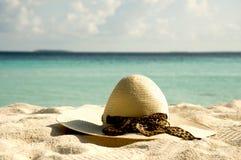 Sombrero del sol de las mujeres en la arena Imagen de archivo