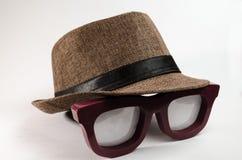 Sombrero del tono de Brown sobre lentes grandes foto de archivo
