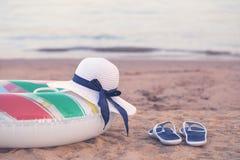 Sombrero del verano con el tubo de la nadada en la playa fotos de archivo