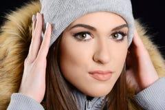 Sombrero del wearng atractivo joven de la mujer y chaqueta de lana de la piel imagen de archivo