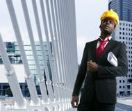 Sombrero duro del amarillo del ingeniero del arquitecto del afroamericano imágenes de archivo libres de regalías
