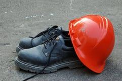 Sombrero duro y zapatos de trabajo Imágenes de archivo libres de regalías