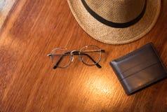Sombrero en el viaje de la textura y el concepto de madera del tiempo de vacaciones Fotos de archivo