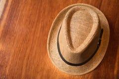 Sombrero en el viaje de la textura y el concepto de madera del tiempo de vacaciones Imagenes de archivo