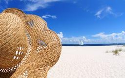 Sombrero en la playa Fotos de archivo