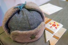 Sombrero en la tabla, luz natural del ejército Foto de archivo