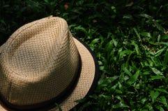 Sombrero en un sombrero oscuro encendido Guy Brown del patio Foto de archivo libre de regalías