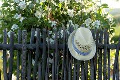 Sombrero en una cerca Fotografía de archivo libre de regalías