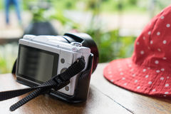 Sombrero femenino con la cámara para el fondo de las vacaciones de verano Fotos de archivo