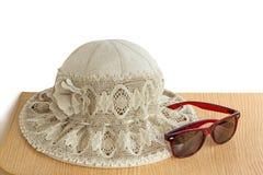 Sombrero femenino del verano para la protección contra el sol en una parte posterior del blanco fotos de archivo libres de regalías