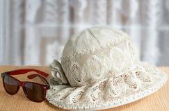 Sombrero femenino del verano, puntos para la protección contra el sol para la suma fotografía de archivo