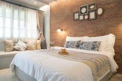 Sombrero femenino en cama en la habitación Foto de archivo libre de regalías