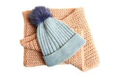 Sombrero gris con el pompón y la bufanda hecha a ganchillo Fotografía de archivo libre de regalías