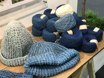 Sombrero hecho a mano del ganchillo de los azules añiles naturales con la pila de hilo adentro Fotos de archivo libres de regalías