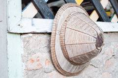 Sombrero hecho a mano viejo en casa foto de archivo