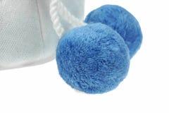 Sombrero hecho punto blanco de las lanas del invierno con el Pom-Pom Foto de archivo