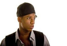 Sombrero joven del hombre negro de lado que mira a la izquierda foto de archivo libre de regalías