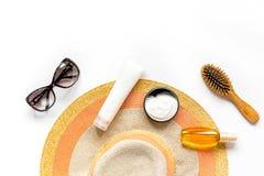 Sombrero, loción del sol, vidrios en el espacio blanco de la opinión superior del fondo para el texto Foto de archivo libre de regalías