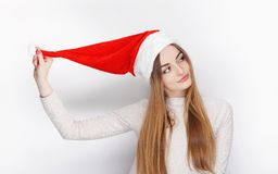 Sombrero modelo femenino rubio emocional hermoso de Santa Claus del desgaste Concepto de los saludos de la Navidad y de la Feliz  Foto de archivo libre de regalías