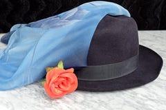 Sombrero negro con una bufanda azul con el adorno de rosas Fotografía de archivo libre de regalías