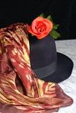 Sombrero negro con una bufanda con un adorno del tigre de la rosa del rojo Foto de archivo libre de regalías