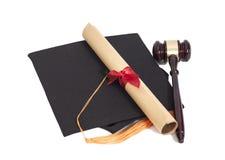 Sombrero negro de la graduación con el diploma y el mazo Imágenes de archivo libres de regalías
