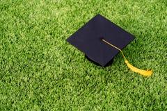 Sombrero negro de la graduación y borla amarilla Fotos de archivo