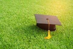 Sombrero negro de la graduación y borla amarilla Fotografía de archivo