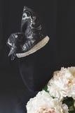 Sombrero negro y poner crema del fascinator de la moda del cordón Fotografía de archivo libre de regalías
