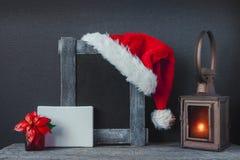 Sombrero, palmatoria y flor de Papá Noel Composición de la Navidad imágenes de archivo libres de regalías