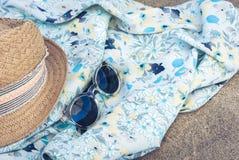 Sombrero, pareo y gafas de sol de mimbre de la playa de la paja del verano del vintage en la costa de Catania, Sicilia, Italia fotografía de archivo