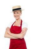 Sombrero que desgasta del cocinero de sexo femenino alegre confidente fotografía de archivo libre de regalías