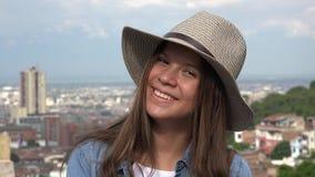 Sombrero que lleva adolescente femenino sonriente Foto de archivo