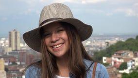 Sombrero que lleva adolescente femenino sonriente Imágenes de archivo libres de regalías