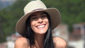 Sombrero que lleva de risa de la muchacha adolescente hermosa almacen de video