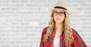 Sombrero que lleva del inconformista femenino contra la pared imágenes de archivo libres de regalías