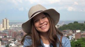 Sombrero que lleva femenino adolescente adorable Imagen de archivo libre de regalías