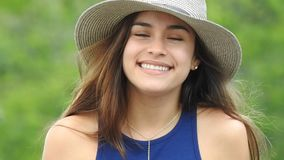 Sombrero que lleva sonriente de la muchacha adolescente metrajes