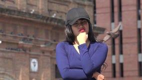 Sombrero que lleva y peluca de la mujer impaciente confusa almacen de metraje de vídeo