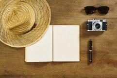 Sombrero retro de la pluma del libro del viaje del top de Flatlay Fotografía de archivo libre de regalías