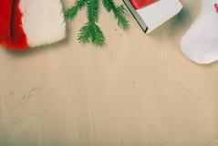 Sombrero rojo de Papá Noel, árbol de la rama, Imagen de archivo libre de regalías