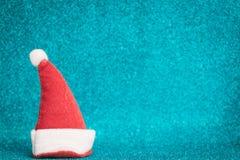 Sombrero rojo de Santa Claus en fondo chispeante Imágenes de archivo libres de regalías