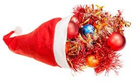 Sombrero rojo de santa con las bolas y las decoraciones de Navidad Fotos de archivo