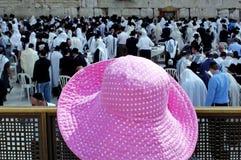 Sombrero rosado de la mujer en la pared occidental Fotografía de archivo libre de regalías