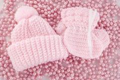 Sombrero rosado y botines del bebé para la muchacha foto de archivo