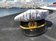 Sombrero rumano de la marina de guerra en la cubierta submarina Imágenes de archivo libres de regalías