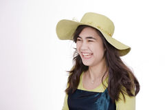 Sombrero sonriente del verde de cal de la muchacha que desgasta adolescente Foto de archivo libre de regalías