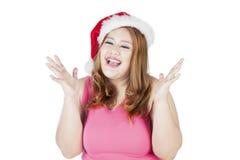 Sombrero sorprendido de la Navidad de la mujer que lleva gorda Imágenes de archivo libres de regalías