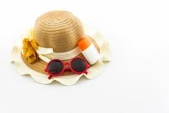 Sombrero tejido con la loción del cuerpo y gafas de sol rojas Fotografía de archivo