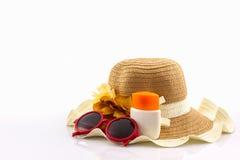 Sombrero tejido con la loción del cuerpo y gafas de sol rojas Imagenes de archivo